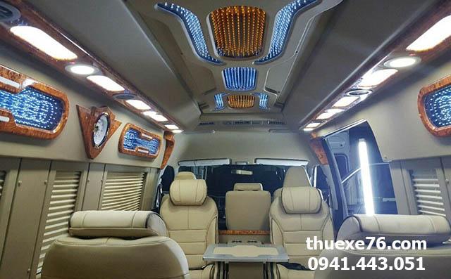 Xe limousine đưa đón khách du lịch Lý Sơn